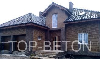 Использование декоративного бетона в отделке цоколя дома